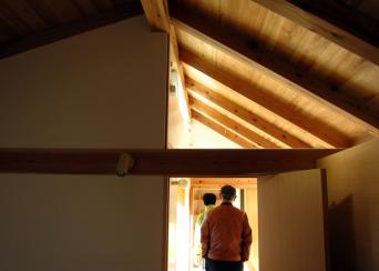 木組みの家「高円寺の家」寝室上のガラス