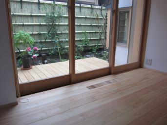 木組みの家「高円寺の家」居間から庭を