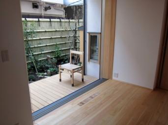 木組みの家「高円寺の家」居間から庭を臨む