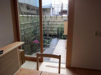 木組みの家「高円寺の家」食事室から庭を眺める