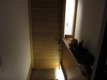 木組みの家「高円寺の家」玄関に小窓
