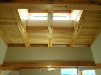 木組みの家「高円寺の家」寝室の垂木スリットガラス