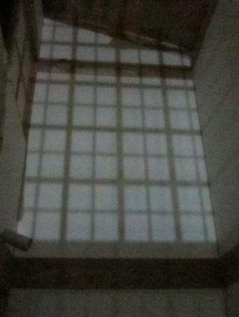 「高円寺の家」格子を通した夜の光