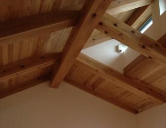 「木組みの家に住んで」越屋根から温度差換気