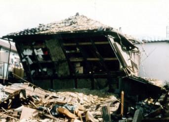 貫の支えで地震にあっても倒壊しない