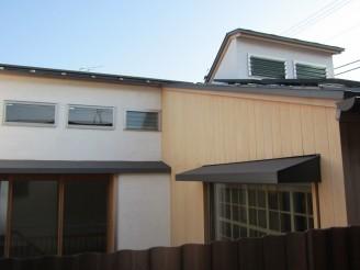 大屋根の上に小さな越屋根があります
